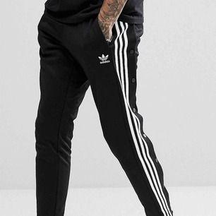 Oanvända adidas originals  popperpants unisex. Köpta på Urban outfitters  för 800kr.