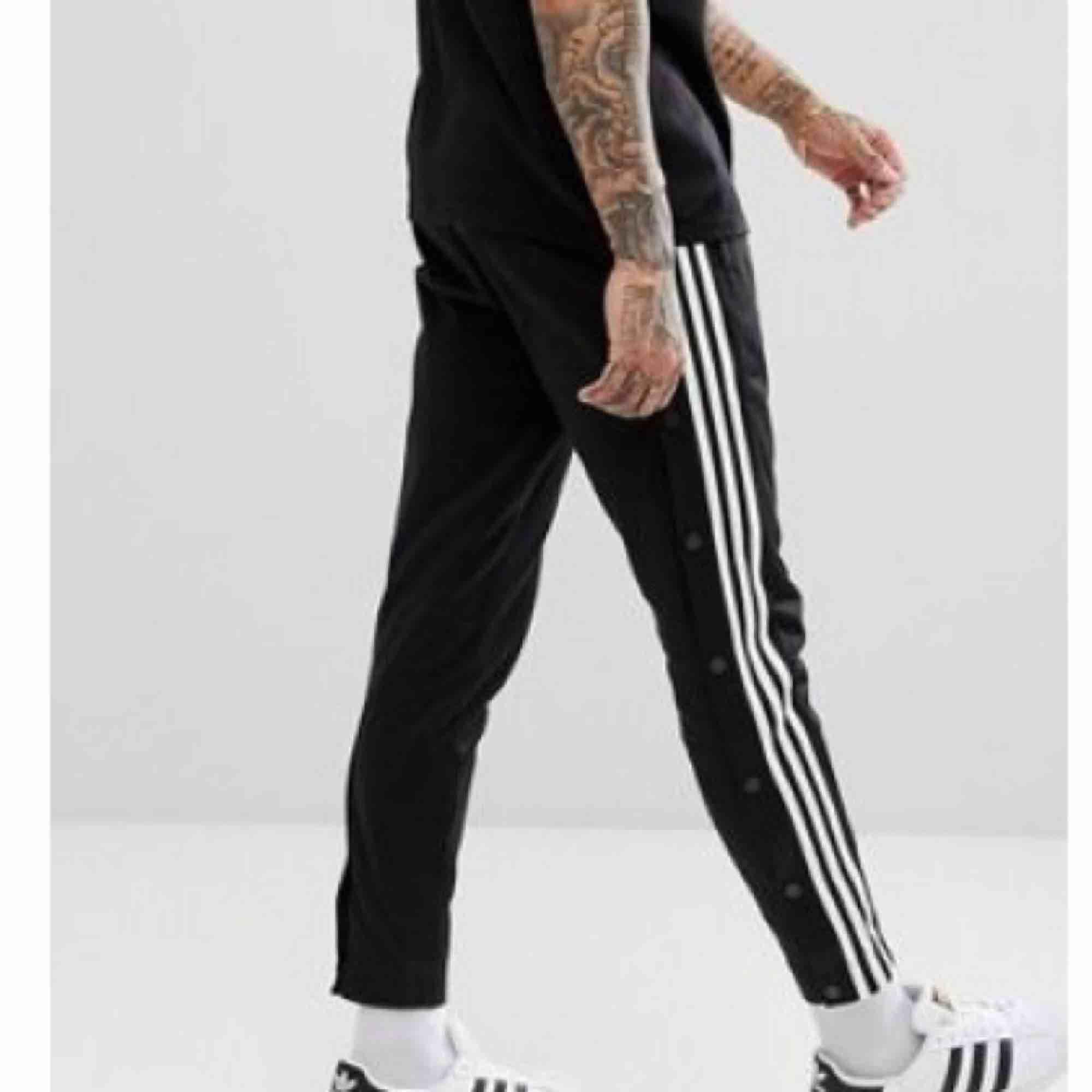 Oanvända adidas originals  popperpants unisex. Köpta på Urban outfitters  för 800kr.. Jeans & Byxor.