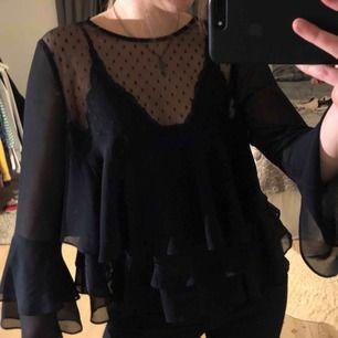 Jättesnygg svart blus från H&M i storlek 38 🌟 Kan mötas upp i Stockholm eller så står köparen för frakten🌟 inga återköp🌟 aldrig använd🌟