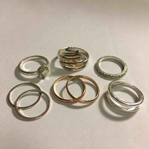 Säljer dessa fina ringar köpta på lite olika affärer bla H&M! Alla är i superskick utom en (sista bilden) som tappat färgen på baksidan och blivit aningen mässingfärgad (syns inte framifrån) kan mötas i Sthlm och annars står köparen för frakt💕