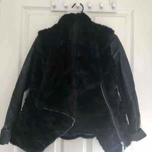 Fake-päls & skinnjacka från New Look. Använd en gång. 250kr inklusive frakt, nypris 399kr.