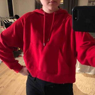 Säljer en croppad röd hoodie ifrån monki🌟storlek XS men den är oversize på mig som har S/M🌟 Kan mötas upp i Stockholm eller så står köparen för frakten🌟 inga återköp🌟använd ett fåtal gånger men i bra skick🌟