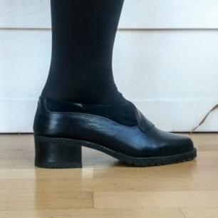 Jättefina skor från Clou. De är för små för mig så jag har aldrig använt dem! Köpta begagnade men i jättefint skick, både klack och sula.  Jag bjuder på frakten, men kan även mötas upp i Stockholm :)