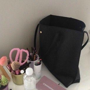 Stor rymlig väska, fint skick köpt på Zaful för säkert 2 år sedan. 🤠frakten bjuder jag på🤠
