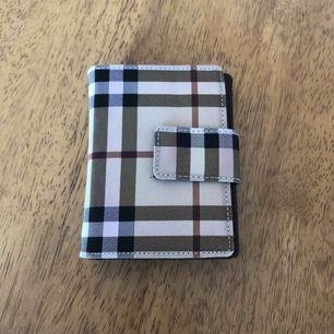 Fake burberry plånbok, aldrig använd. Priset kan diskuteras. Köparen står för frakten.