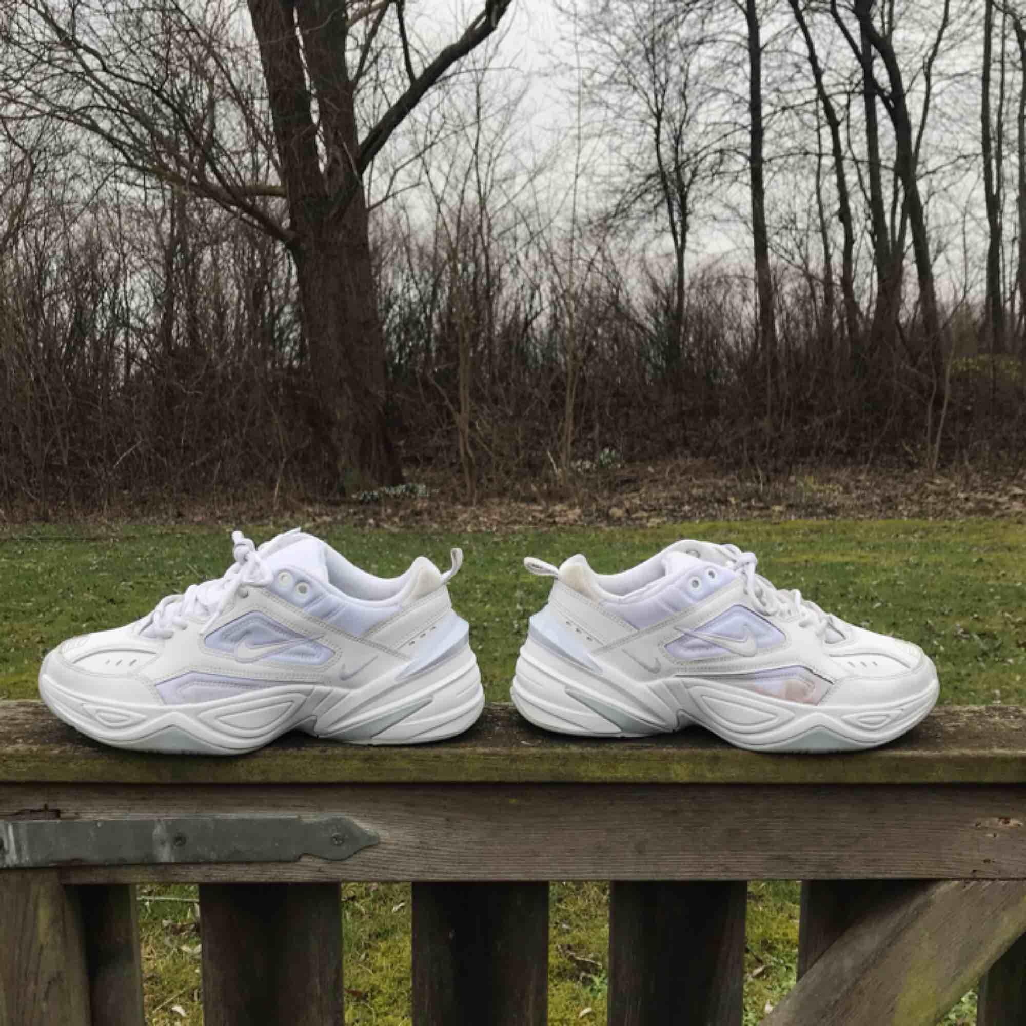 Nike M2K Tekno! Har vanligtvis 38 och passar mig bra! Lite missfärgningar här och där men slänger gärna in skorna i tvätten en omgång innan de säljs om det önskas. I övrigt väldigt fräscha och i gott skick.. Skor.