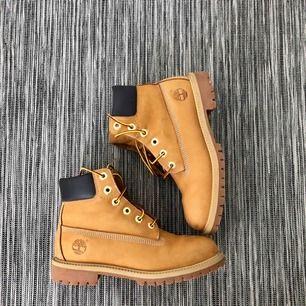 Ett par Timberland skor. Ganska nya, jag har använt skorna bara under en vintras. Frakt förekommer. (Kan mötas upp)
