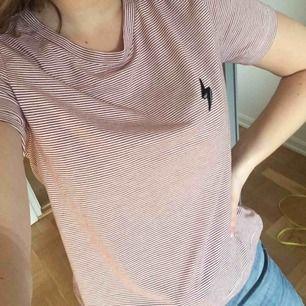 Röd/vit-randig t-shirt från bikbok! Superfin men knappt använd! Frakt 40kr✨