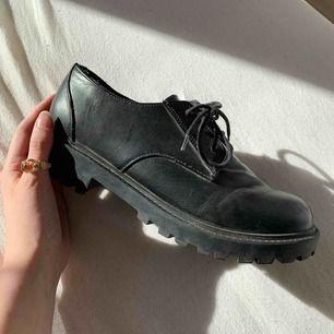 Super snygga skor perfekt nu för våren! 👞 Frakt tillkommer!