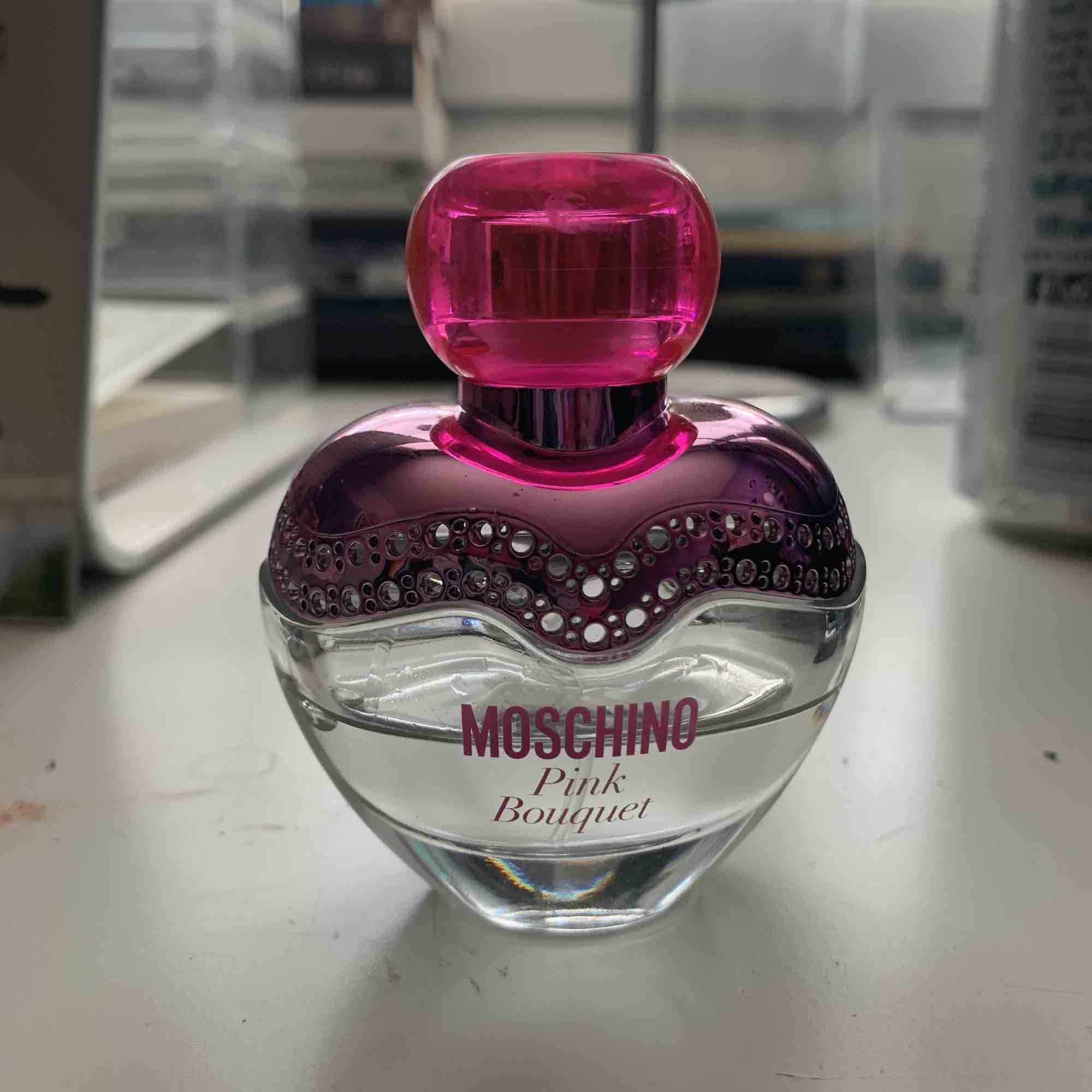 Frakt ingår i priset. Säljer en Äkta Moschino parfym i lukten Pink Bouquet. Köpt för 395kr 30ml. Doft blommig & fruktig. . Accessoarer.