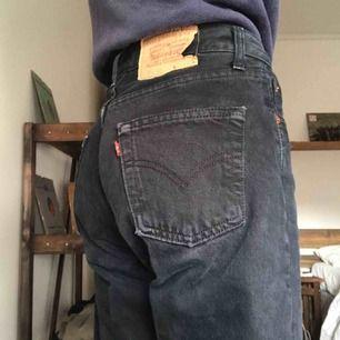 Så snygga svart/gråa Levi's jeans! Ett måste i vårgarderoben. Passar storlek XS-S. Skriv för fler bilder. Frakt tillkommer.
