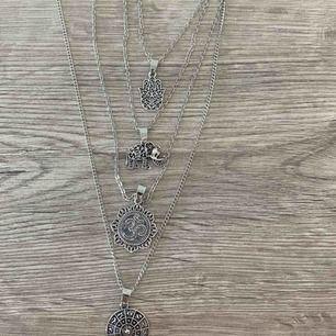 Fint bohemiskt halsband med 4 matchande hängen som sitter ihop.