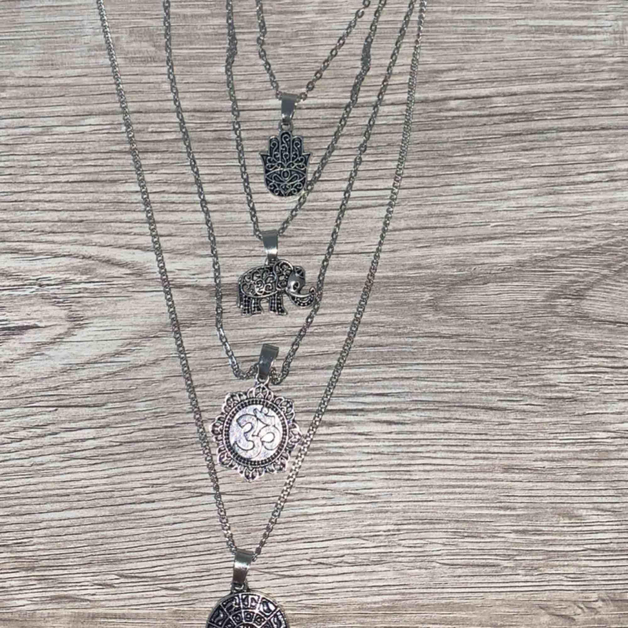Fint bohemiskt halsband med 4 matchande hängen som sitter ihop. . Accessoarer.