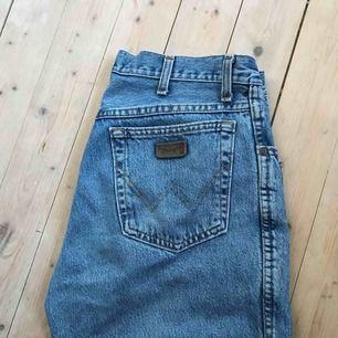 Vintage-jeans från märket Wrangler! Storleken är 34, men de känns större än så, jag är 1,70 och dom är som längden på mig på sista bilden. Kan mötas upp men också frakta :)