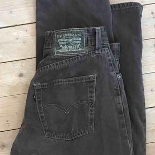 Bruna Levis-jeans i jättefint skick! Kan mötas upp men också frakta :)