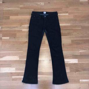 Svarta bootcut jeans. Snygg passform. Lite slitningar i vissa sömmar, men annars väldigt bra skick. Frakt tillkommer.