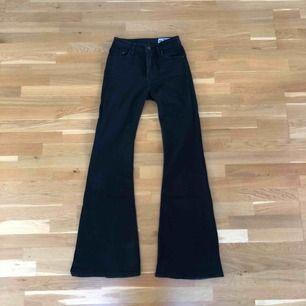 Svarta bootcut pow flare jeans. Högmidjade. Fin passform. Lite stretch. Fint skick, som nya. Frakt tillkommer.
