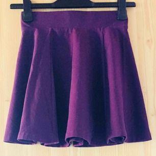 Vacker lila kjol använd en gång och därför i nyskick. Säljes på grund av att den inte är min stil.