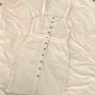 Oanvänd vit jeansklänning köpt på Asos. Ett av de gulligaste plaggen jag äger men den är tyvärr för stor för mig :( Verkligen i toppenskick🔥✨  //Swish föredras//