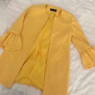 """Gul kappagrej från Zara som knappt är använd tyvärr ✨😬 passar allt och gör så man set lite """"put-together"""" ut i vardagen ;)   //Swish föredras//"""