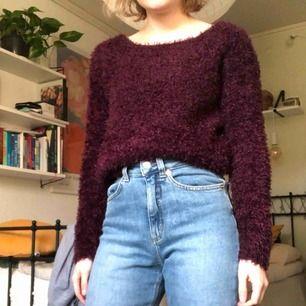 säljer en mysig vinröd fluffig tröja från h&m