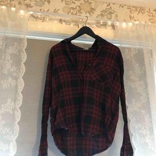 En rutig skjorta från forever 21, knappt använd så i fint skick! Frakten ingår