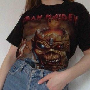 Iron Maiden T-shirt. Thriftad och i fint skick. Frakt tillkommer