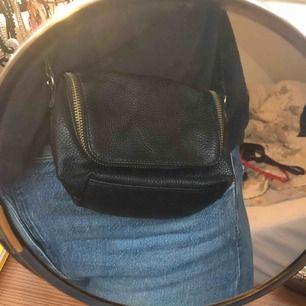 Skitsnygg liten axelrems väska! Kommer tyvärr för lite till användning. Tar endast swish! Priset är inklusive frakt (39kr).