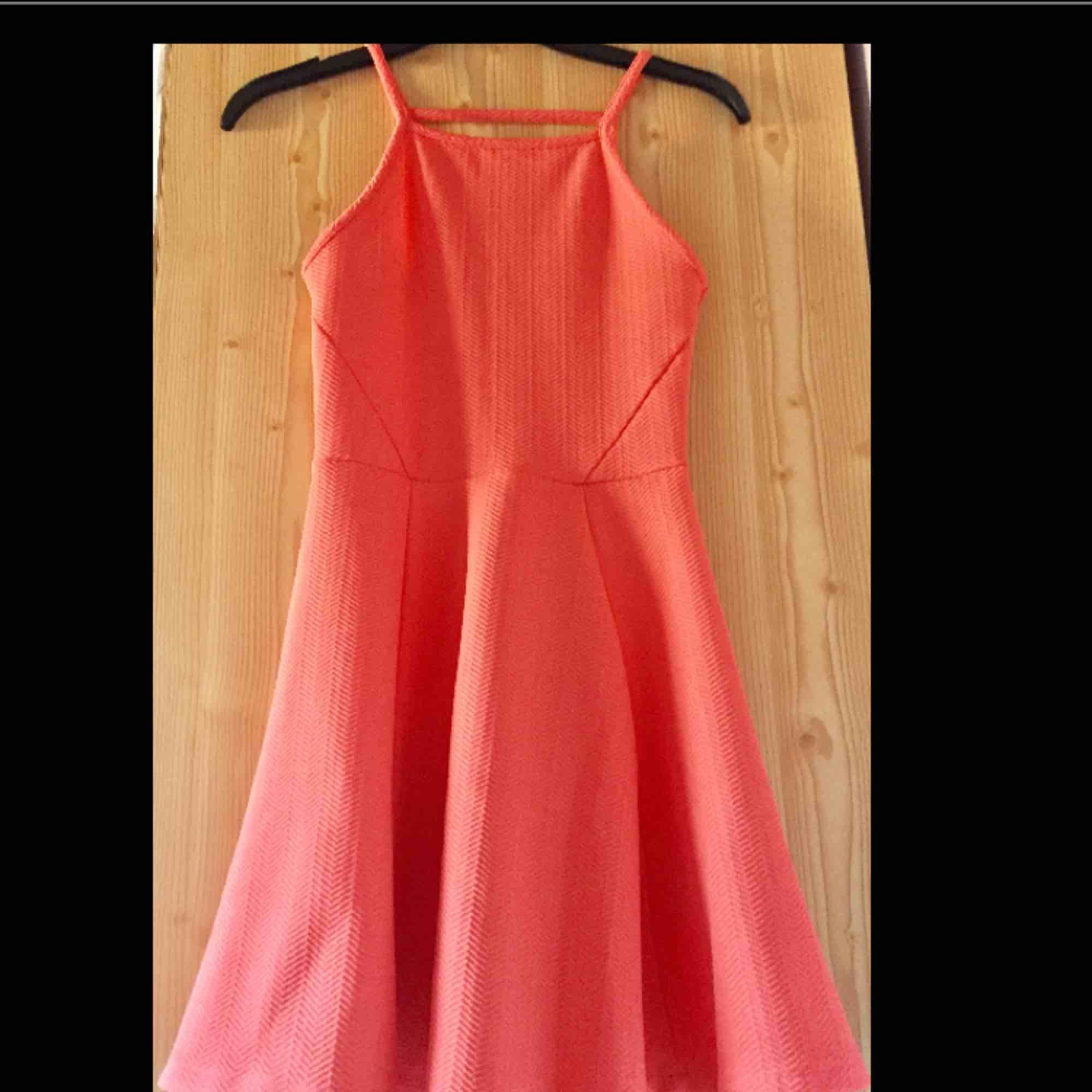 Korallfärgad klänning som är jättefin till sommaren. Endast provad då den inte är min stil. . Klänningar.