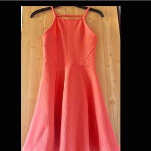 Korallfärgad klänning som är jättefin till sommaren. Endast provad då den inte är min stil.