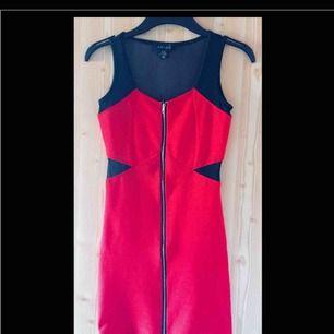 Snygg festklänning i rött och genomskinligt svart. Den är tight och sitter jättesnyggt på. Aldrig använd.