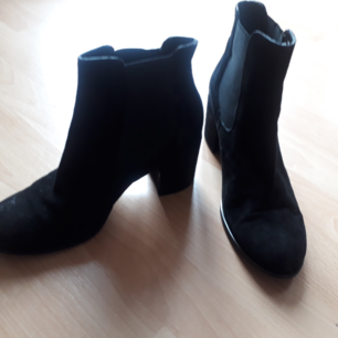 Black shoes in suede approx. 7 cm heel. Italian brand Codici e segni strl 40. Bought in Gothenburg for 2400 kr.