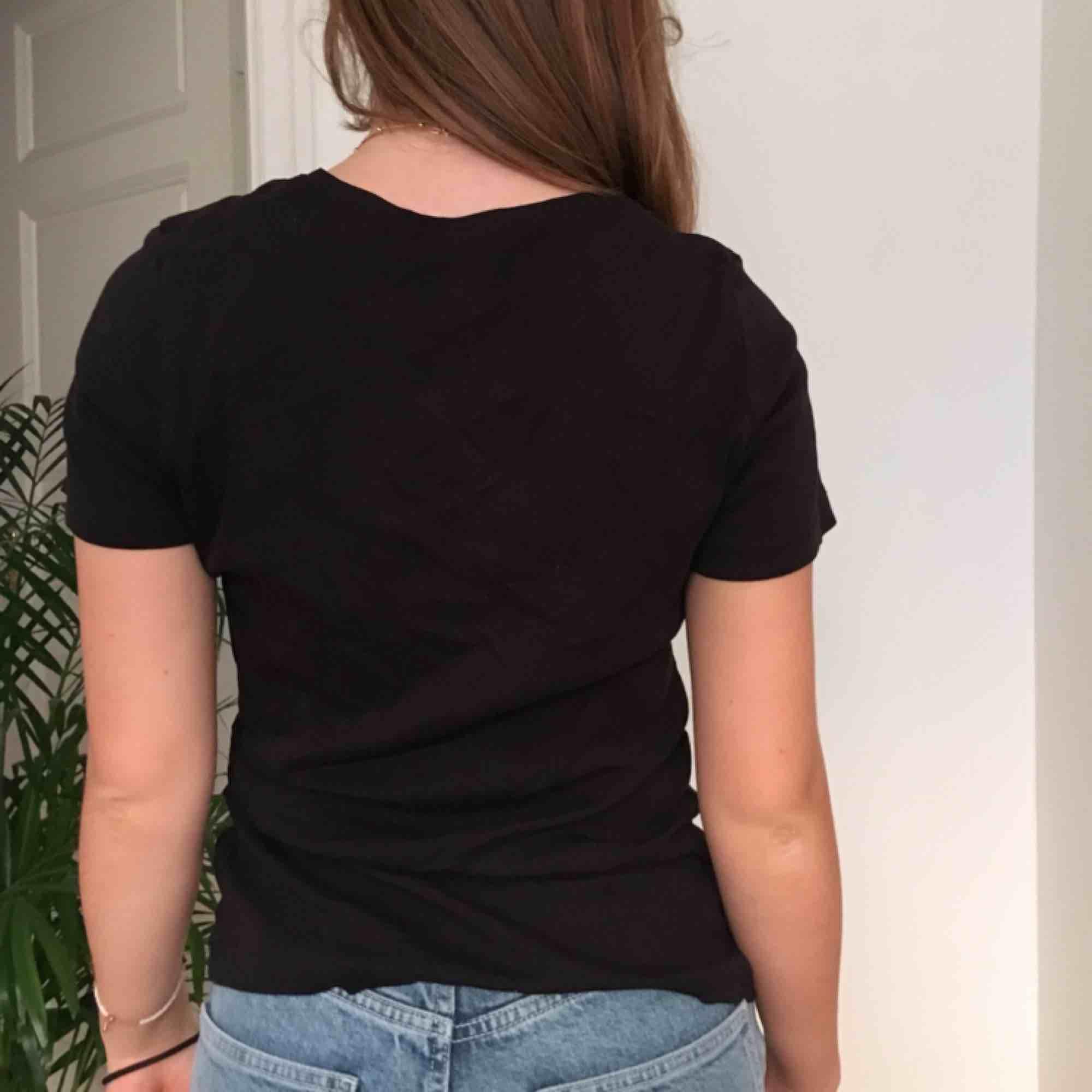 En svart t-shirt Vi möts gärna upp i Stockholm men om frakt betalar köparen det. T-shirts.