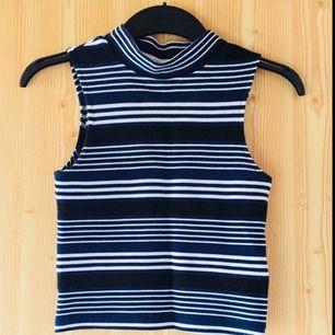 Fin oanvänd topp med hög krage och blåa, svarta och vita ränder. Oanvänd pga fel storlek.