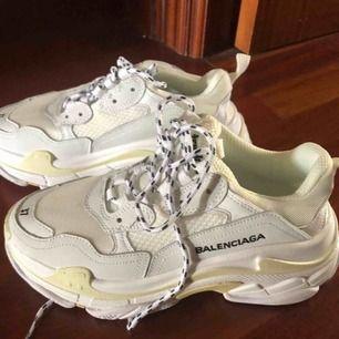 Populära fake balenciaga sneakers för endast 1500kr! Finns i alla storlekar & ser ut som exakt på bilden + finns i flera färger 💕 följ gärna min instagram för mer produkter @ luxuryfashion166