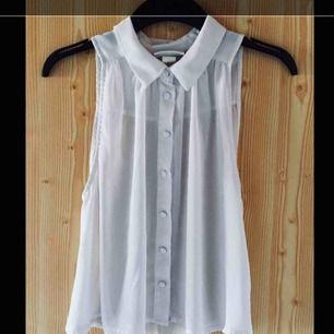 Fin vit topp/linne från Monki. Luftig och tunn så perfekt till sommaren. Passar bra till byxor och shorts men är supersöt till kjol med.