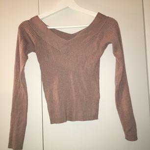 En fin ribbad långärmad tröja med liten v-ringning. Jättefin och har bara använts en gång då jag inte tycker färgen passar mig så bra. Köpt för 349 kr tror jag, köparen står för frakt