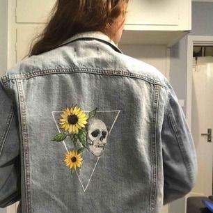 Oversized jeans jacka med handmålat motiv på  Kan mötas upp i Stockholm vid frakt betalat köparen den 😌