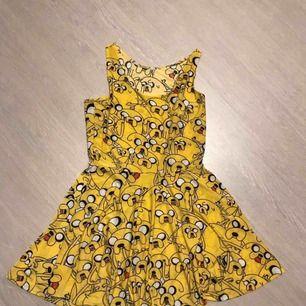 Sötaste klänningen med Jake the Dog från Adventure time! Använd 1-2 ggr, som ny! FRI FRAKT!!🤠