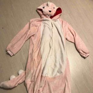 Skönaste kigurumin som föreställer en rosa dinosaurie! Använd sparsamt. Kan skickas, FRI FRAKT!!🤠