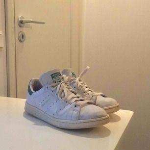 Adidas stan Smith storlek 42,5. Helt okej skick inte något lim som har släppt eller sprucket skinn, priset kan diskuteras och köparen står för eventuell frakt