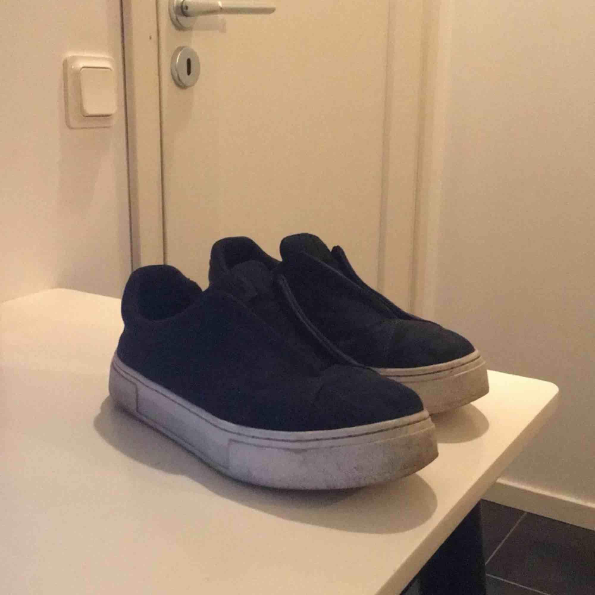 Eytys doja i storlek 42 men stor i storlek passar 43, är i bra skick bara lite smutsiga. Priset går såklart att diskutera och den som köper står för eventuell frakt. Om annonsen är kvar så är skorna kvar!!. Skor.