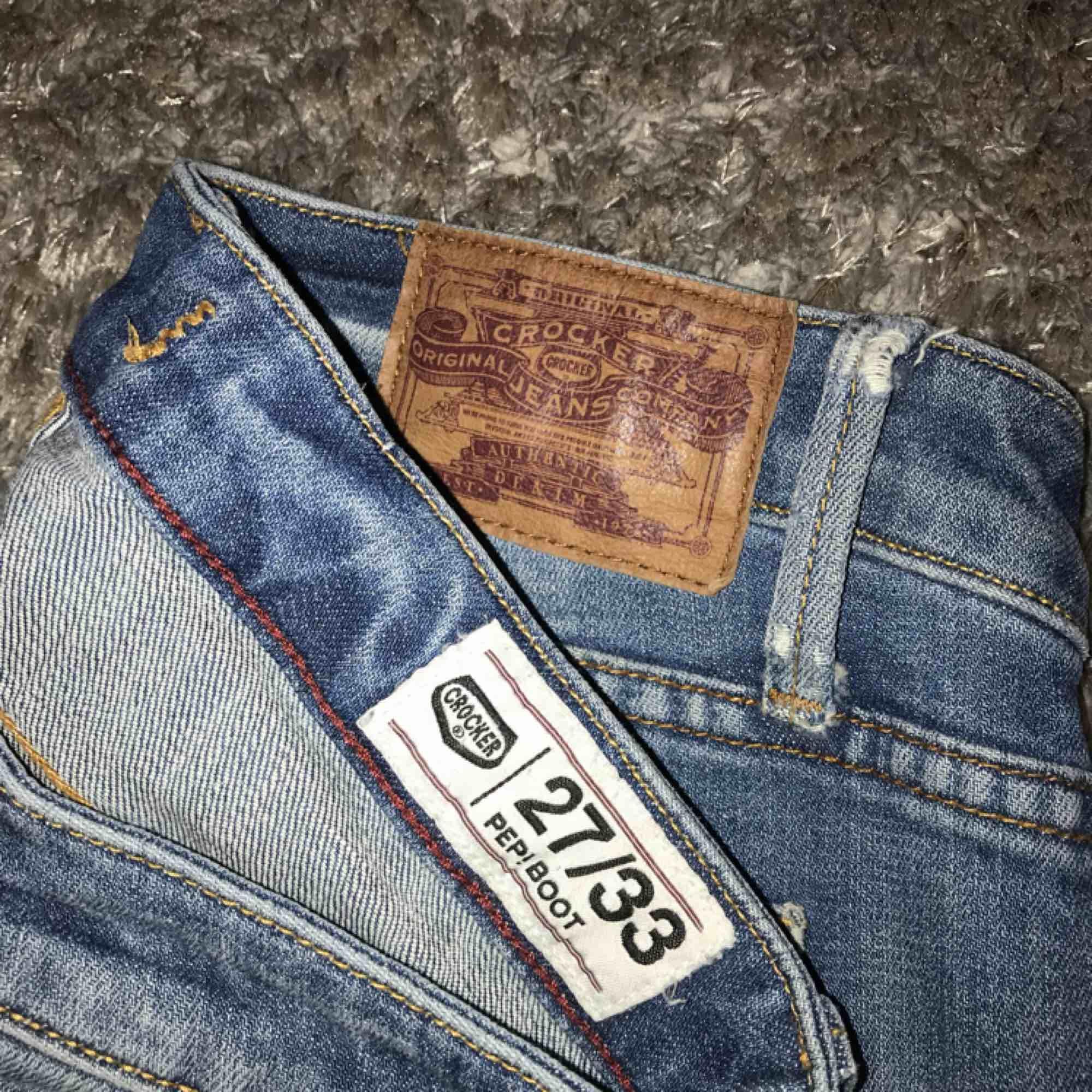 Utsvängda jeans från Crocker, lite slitna i flärparna där man drar upp byxorna men annars i bra skick! Har sytt upp dom så dom passar mig som är 160 cm. Möts i Stockholm, annars betalar köparen fraktkostnaden!. Jeans & Byxor.