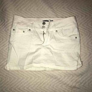 Vit kjol från Bik bok i storlek XS, knappt använd så den är i bra skick (köparen står för frakten)