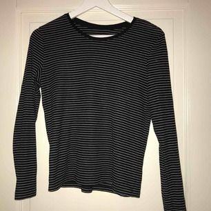 En superfin randig tröja från monki, använd ett fåtal gånger men endå i super bra skick ( köparen står för frakten)