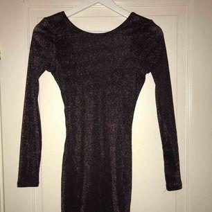 En superfin glittrig klänning perfekt på nyår samt andra fester, använd 1 gång så den är som ny ( köparen står för frakten)
