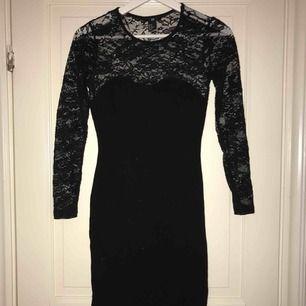 En superfin svart klänning i bra skick använd ett fåtal gånger ( köparen står för frakten)