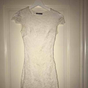 Superfin klänning inför skolavslutningar samt studenter, den är uppsydd för den var under knäna innan. Använd ca 2 gånger på skolavslutningar så den är i fint skick ( köparen står för frakten)
