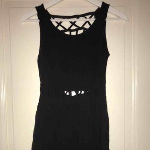 Fin svart klänning med superfina detaljer, använd ett fåtal gånger men fortfarande i bra skick ( köparen står för frakten)