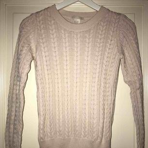 Stickad tröja från H&M i storlek XS, knappt använd ( köparen står för frakten)